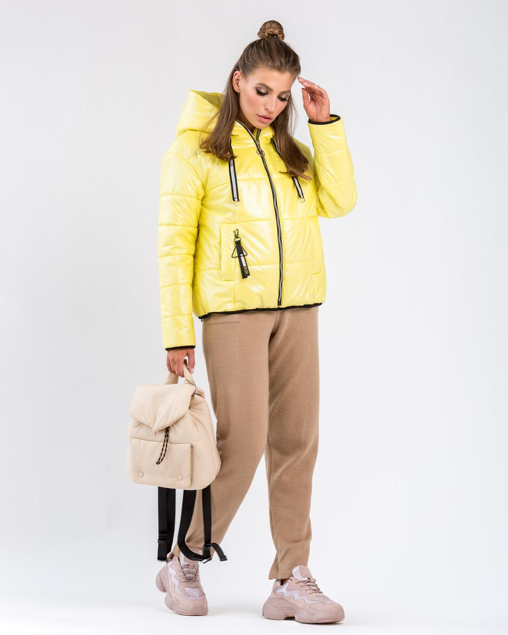 Демисезонная короткая женская куртка желтого цвета