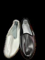 Тапочки (чувяки) білі та чорні