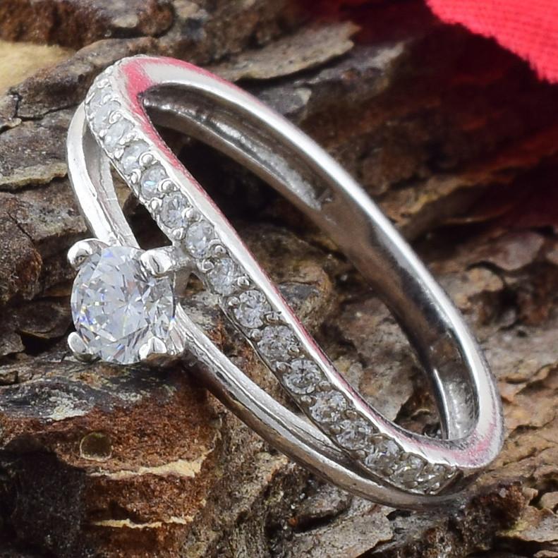 Серебряное кольцо Пассаж вставка белые фианиты вес 1.89 г размер 18