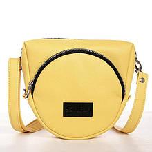Небольшая стильная желтая женская наплечная сумка через плечо с длинным ремешком