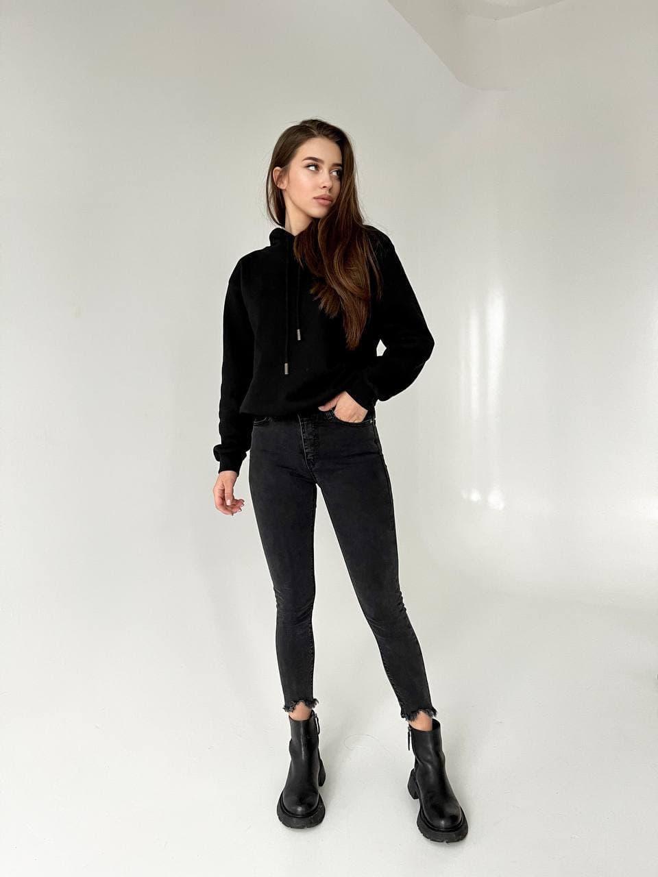Укорочені стильні джинси скінні з рваним низом 26-31 р