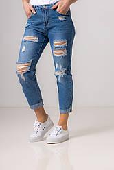 Рванные сине-голубые джинсы со средней  посадкой в размерах: S, M, L, XL.