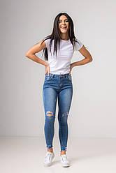 Сине-голубые джинсы-скинни и потертостями на коленях со средней  посадкой в размерах: S, M, L, XL.