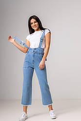 Голубые джинсы на подтяжках с высокой посадкой с рванным краем в размерах: S, M, L, XL.