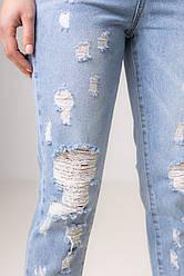 Сине-голубые рванные джинсы с потертостями на коленях со средней  посадкой в размерах: S, M, L, XL.