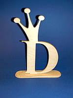 "Буква ""D"" с коронкой на подставке (28 см.)"
