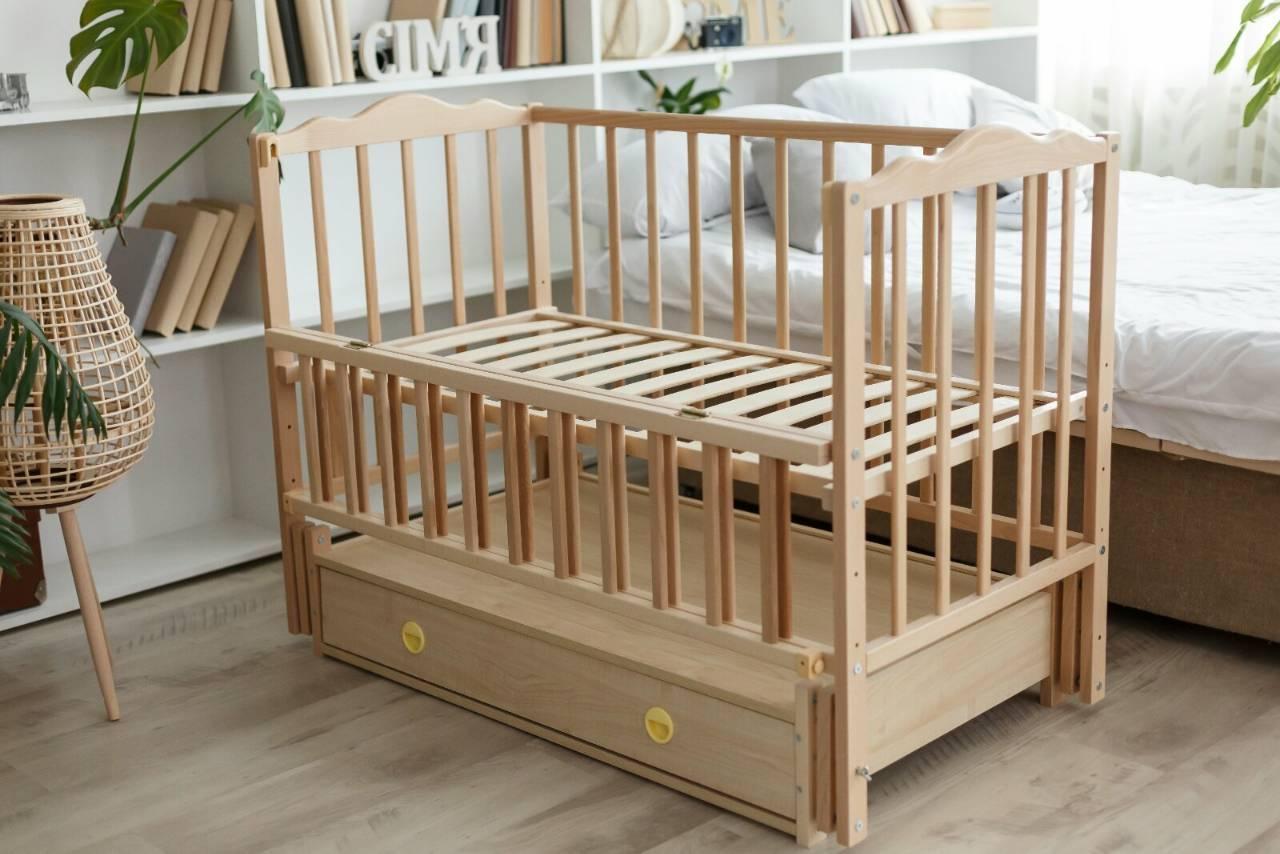 Детская кроватка с откидными бортиками и ящиком Анастасия натуральное дерево