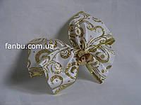 Новогодний белый с золотыми узорами бант из атласной ленты шириной 6,3 см с проволочным краем