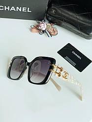 Сонцезахисні окуляри Chanel прямокутної форми з білим перламутровим оправою