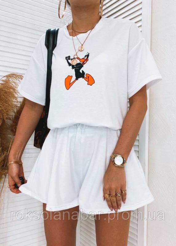 Костюм белый с принтом на футболке