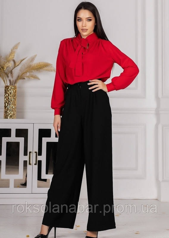 Костюм зі штанами з високою талією і червоною блузою