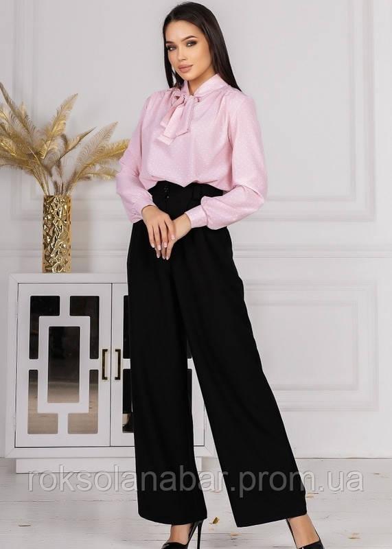 Костюм со штанами с высокой талией и розовой блузой