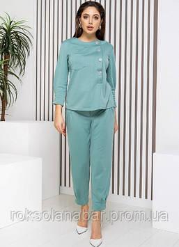 Жіночий костюм двійка з укороченими брюками і блузкою без кишень