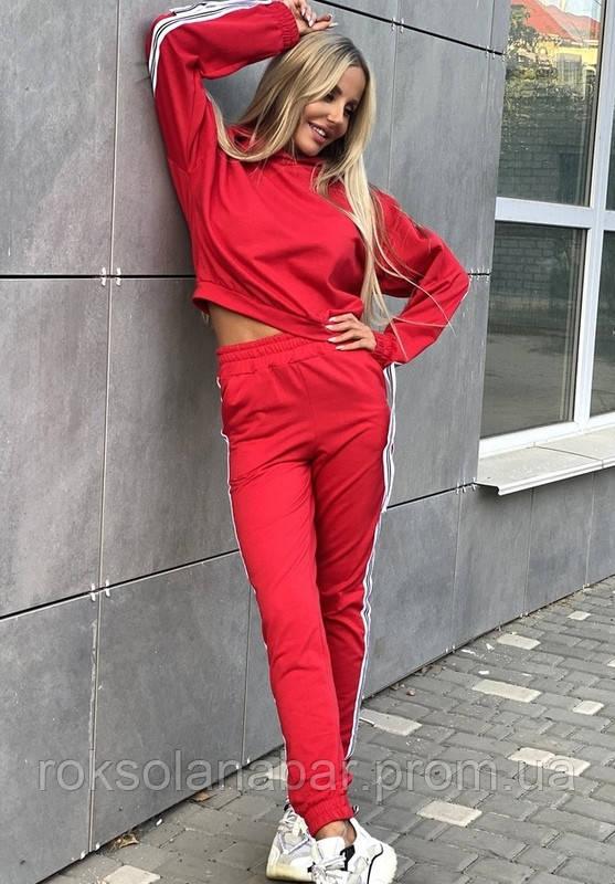 Спортивний костюм червоного кольору з лампасами