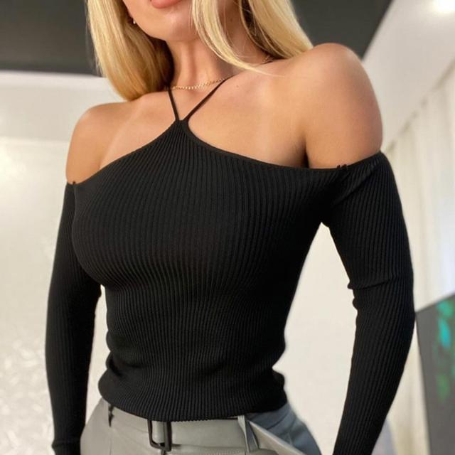 Женская облегающая кофточка в рубчик с открытыми плечами