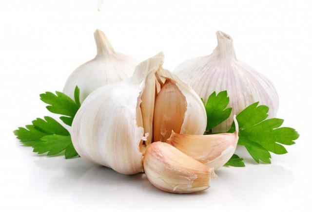 Чеснок- источник пищи и лекарства  . .Одно из самых популярных средств профилактики простудных заболеваний .Он стимулирует иммунную систему человека,подавляет размножение бактери.й