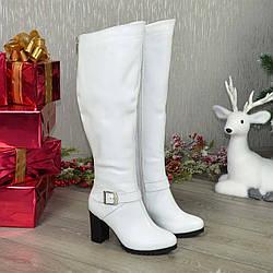 Высокие женские кожаные сапоги на устойчивом каблуке. Цвет белый