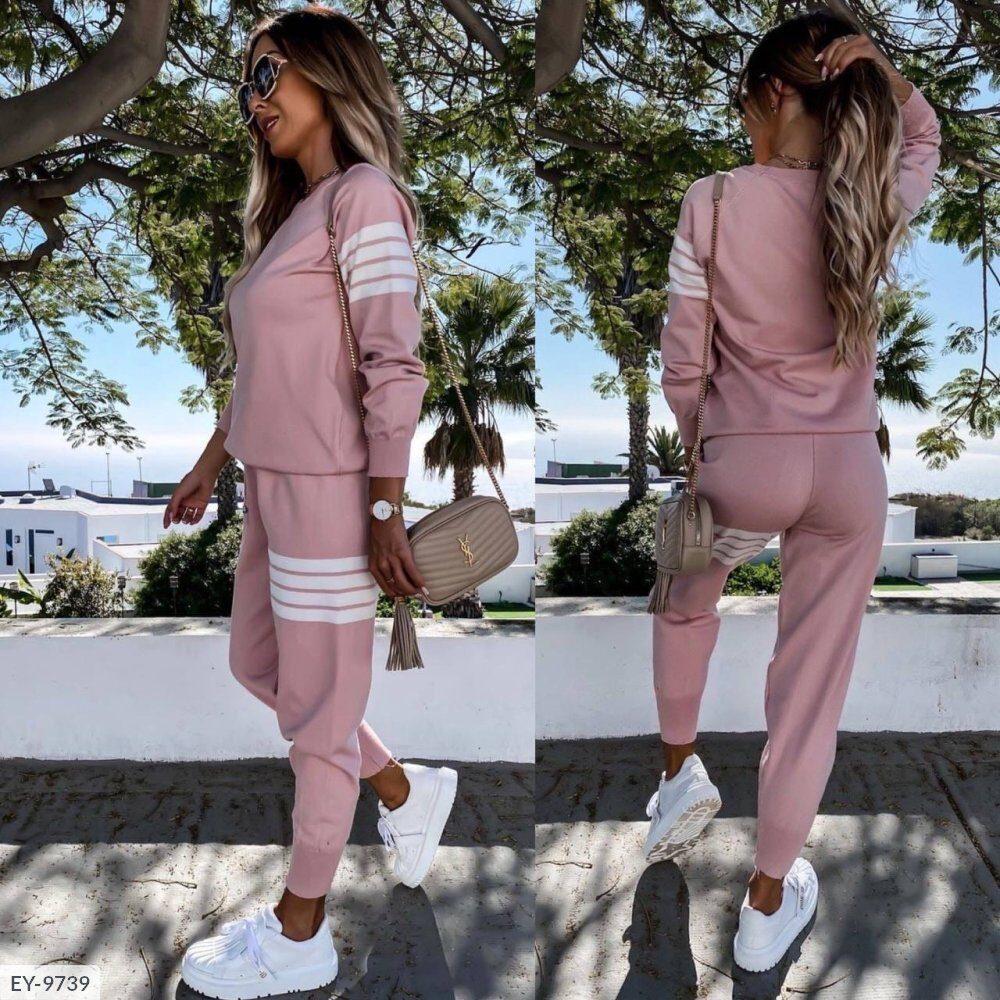 Женский спортивный костюм с полосками