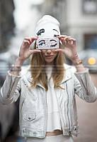 Стильная женская белая шапка глаза