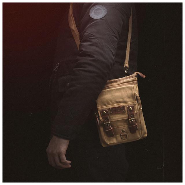 Сумка мужская брезентовая Augur фото мужчины с сумкой через плечо