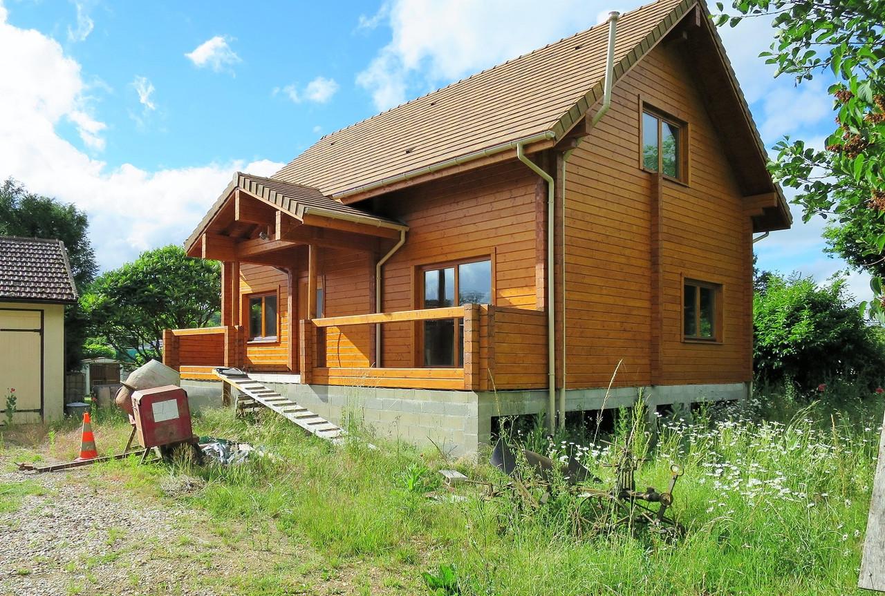 Двоповерховий дерев'яний будиночок з профільованого клеєного бруса