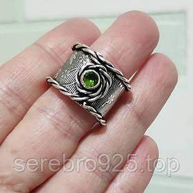 Стильное кольцо в серебре с перидотом 19 размер