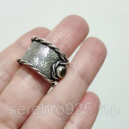 Стильне кільце в сріблі з перидотом 19 розмір, фото 2