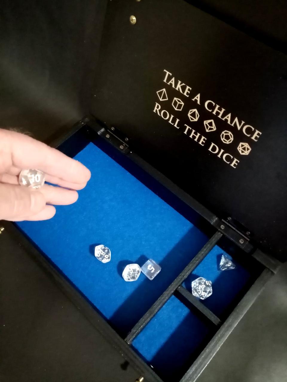 """Черная деревянная подарочная игровая коробка /лоток  для игры в кости """"Dice box"""" с гравировкой и латунным тэго"""
