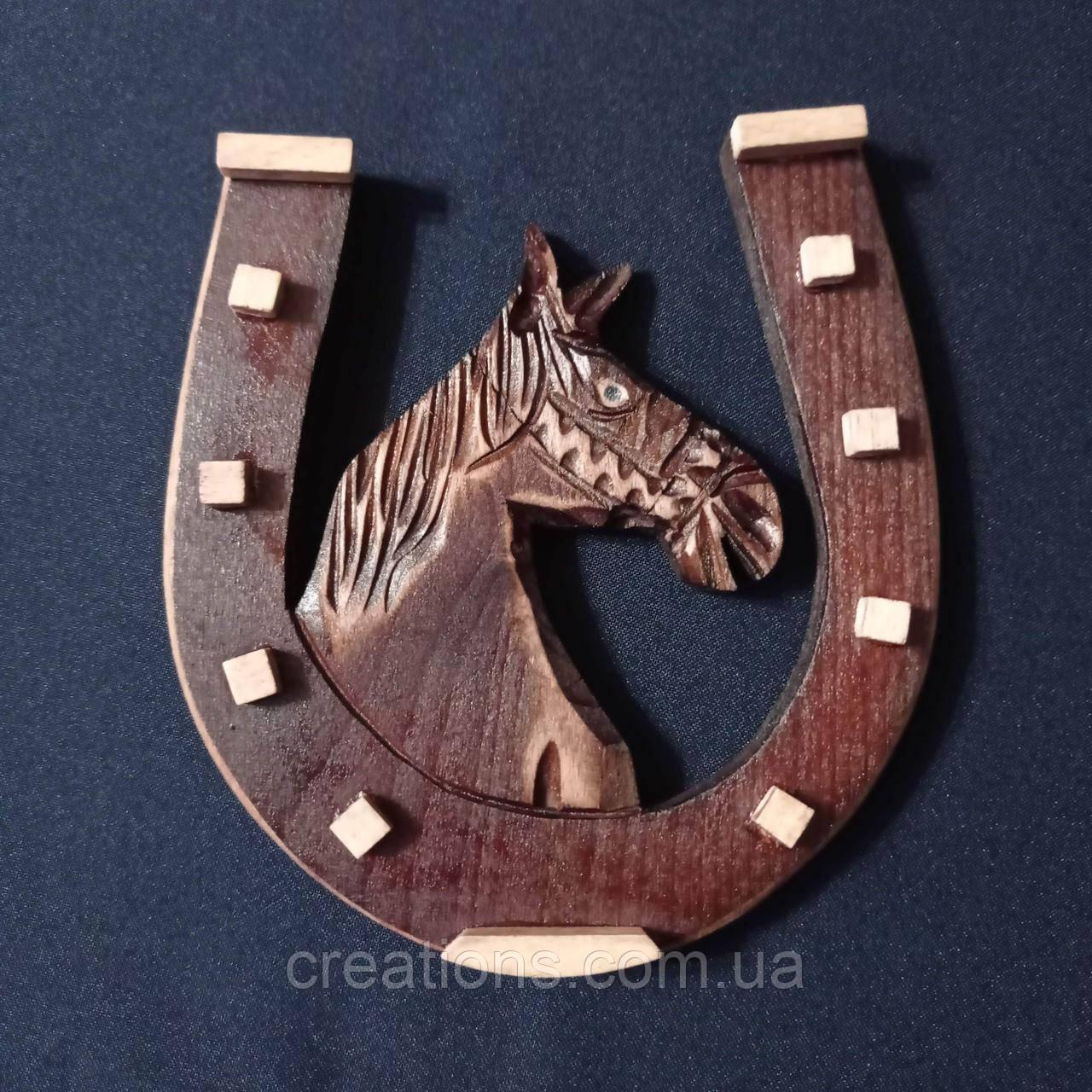Деревянная резная подкова, сувенир оберег для дома с крепежом на стену