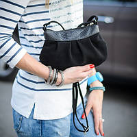 Маленькая замшевая черная сумочка с кожаной вставкой