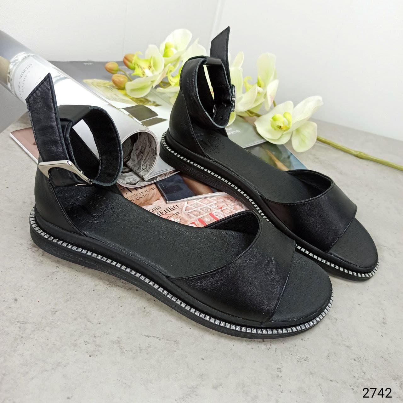 Босоножки кожаные с пояском черные