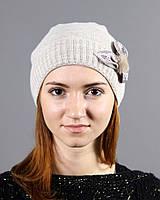 Вязаная женская шапка с цветком