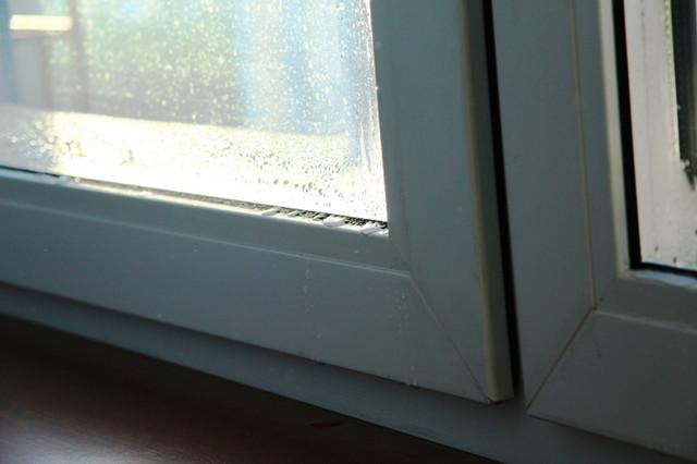 Конденсат на пластиковых окнах: как бороться?