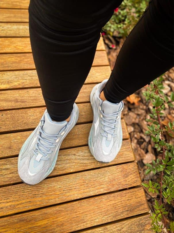 Мужские кроссовки Adidas Yeezy 700 V2 Hospital Blue (светло-серые) К2742 рефлективные стильные кроссы