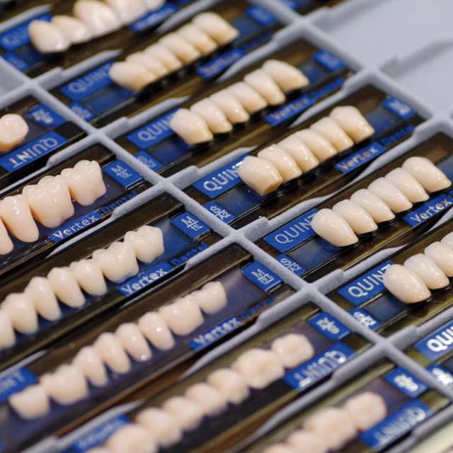 Штучні зуби для протезів