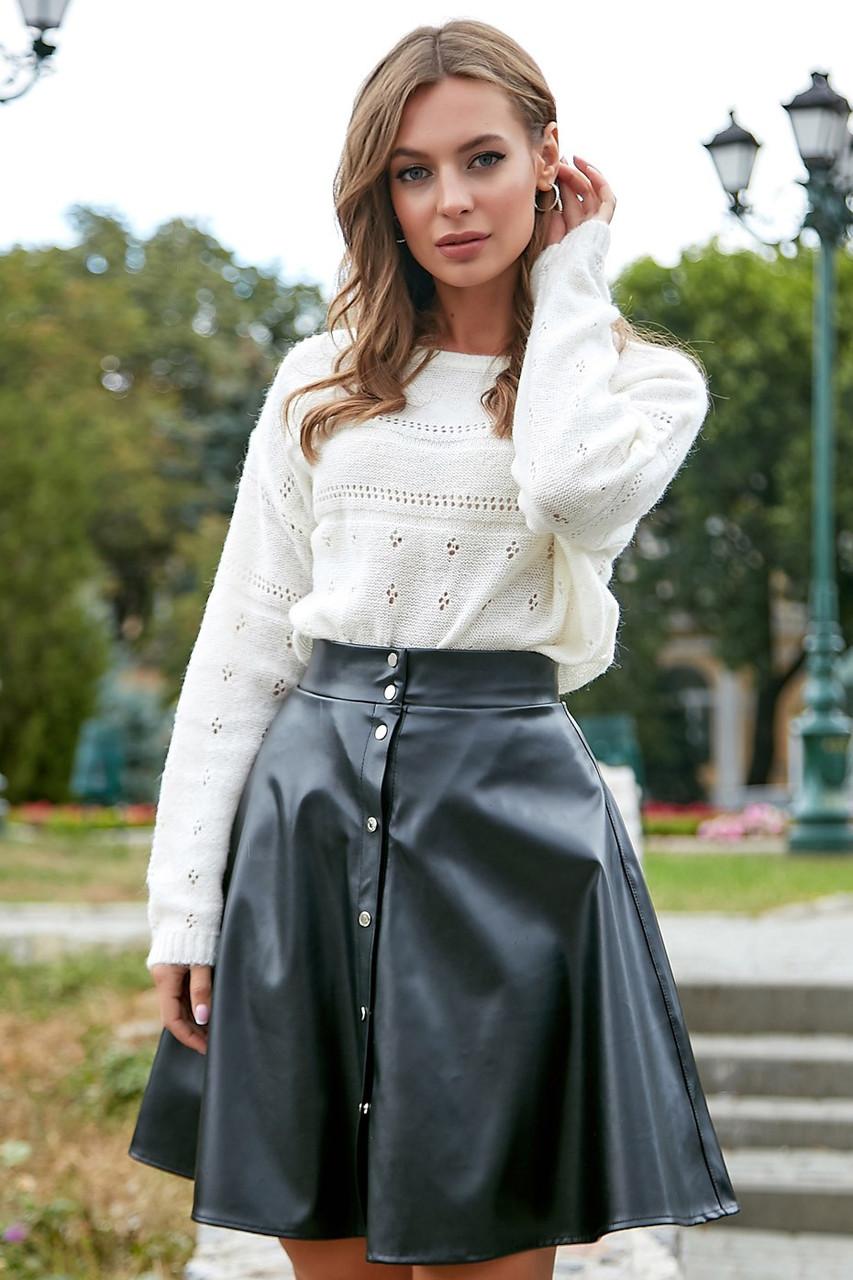 Короткая расклешенная юбка из экокожи спереди на пуговицах черная
