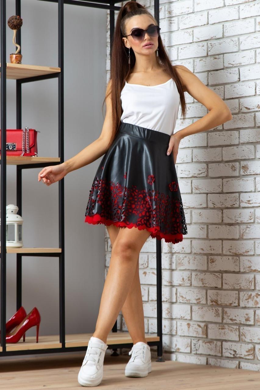 Стильная короткая юбка клеш из экокожи черная с красным