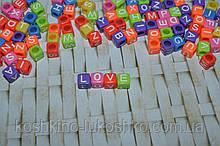 Бусина куб цветная с белой буквой. 6 мм. английский алфавит.