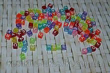 Бусина куб карамельного цвета с белой буквой 6 мм. английский алфавит.