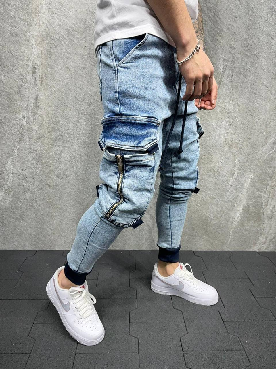 Чоловічі джинси блакитного кольору з накладними кишенями