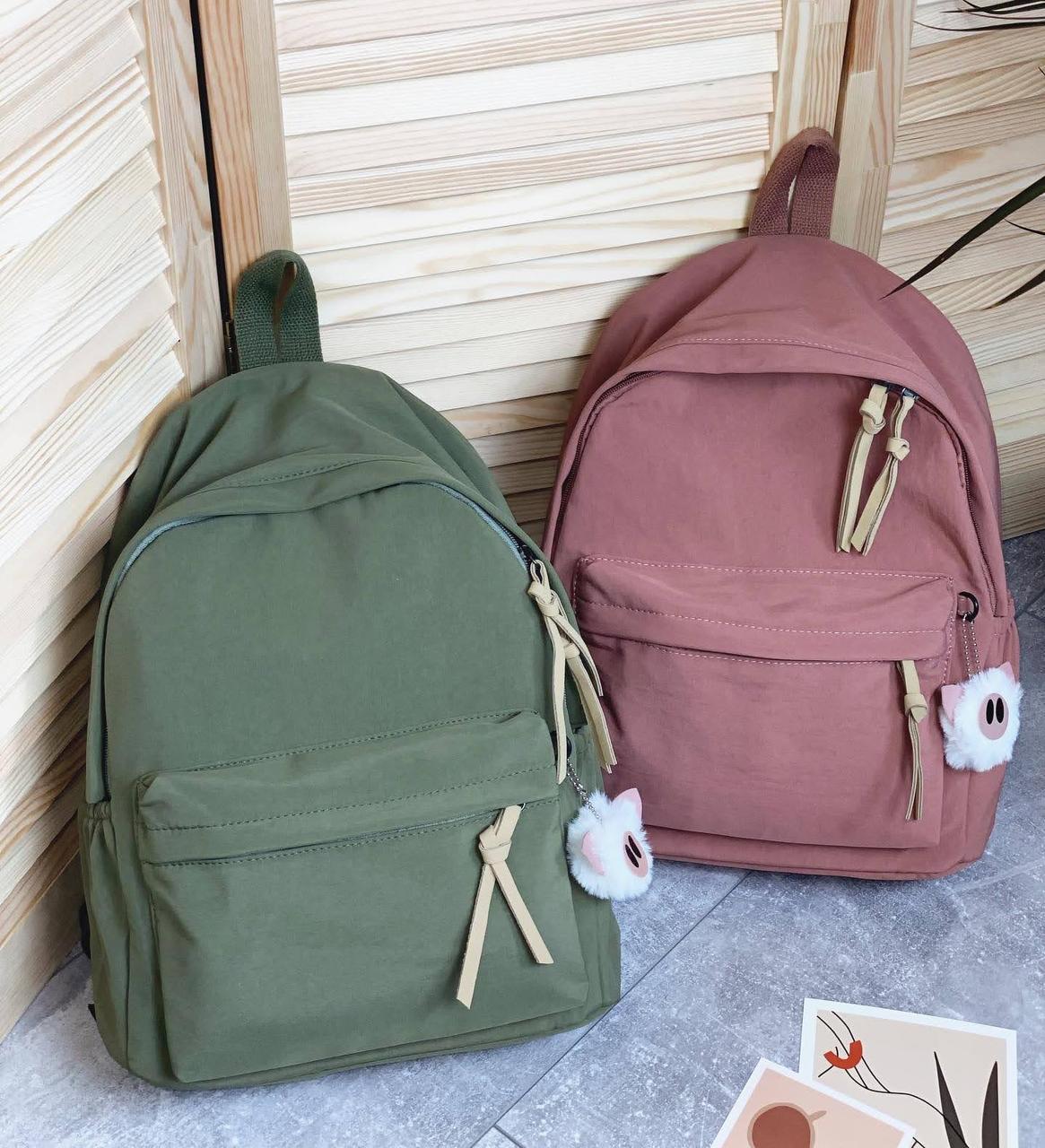 Однотонный рюкзак с брелком