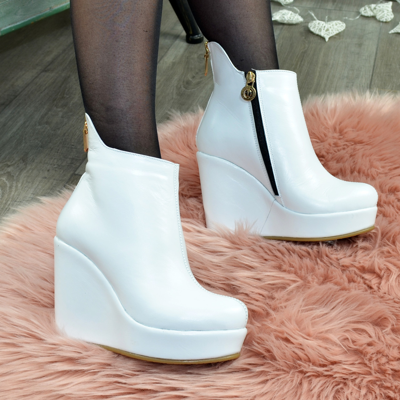 Ботинки кожаные женские демисезонные на платформе, декорированы молнией. Цвет белый. 36 размер