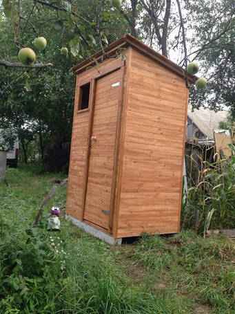 Туалет деревянный, душевые кабины