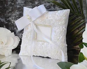 Свадебная подушечка для обручальных колец в белом цвете с кружевом и жемчугом