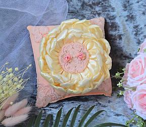 Свадебная подушечка для обручальных колец в персиковом цвете с кружевом и молочным цветком