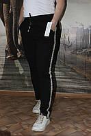 Черные спортивные брюки с лампасами