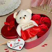 Коробка в форме сердца с мыльными розами и мишкой Красная