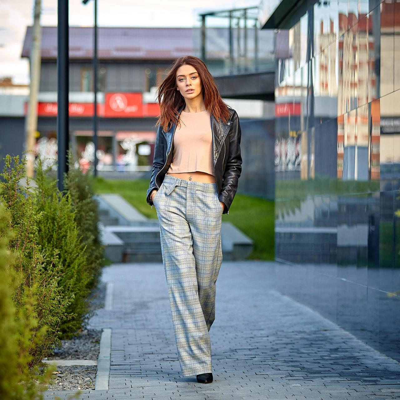 Модные женские брюки в клетку