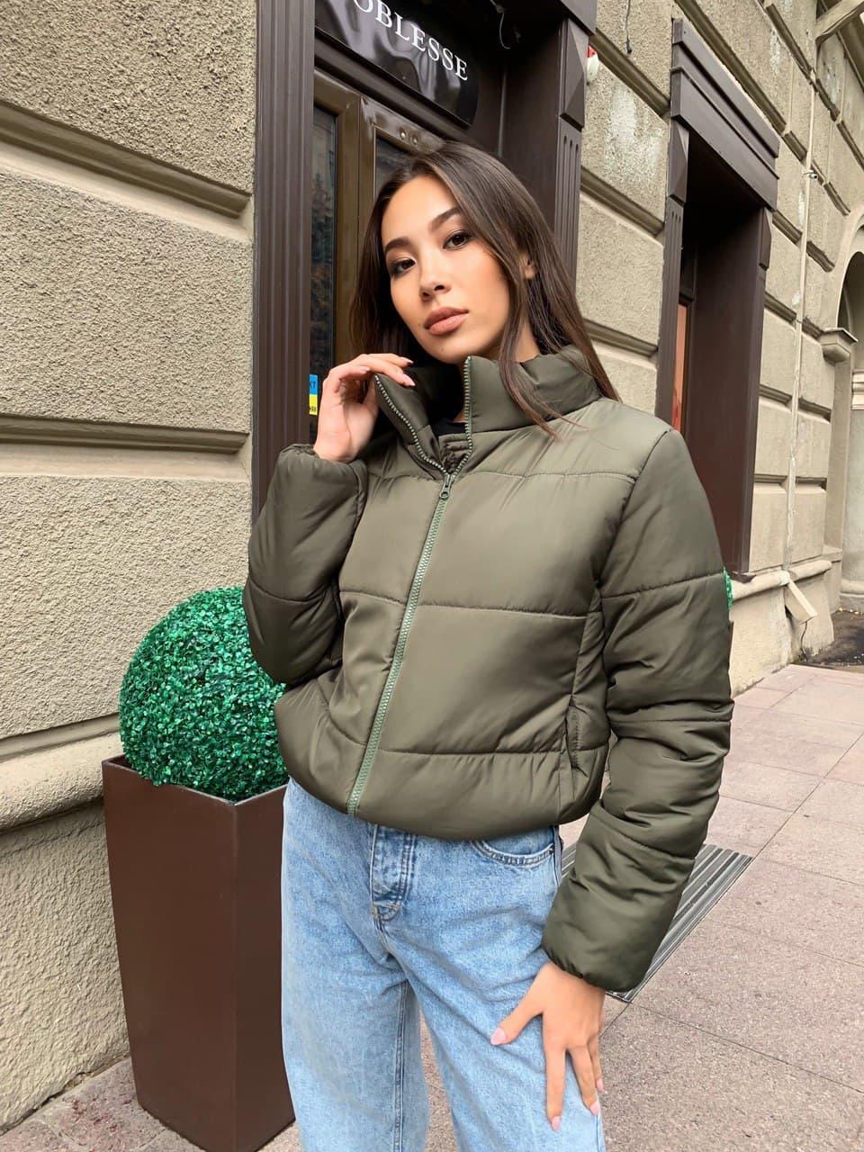 Стильна коротка зимова жіноча куртка хакі