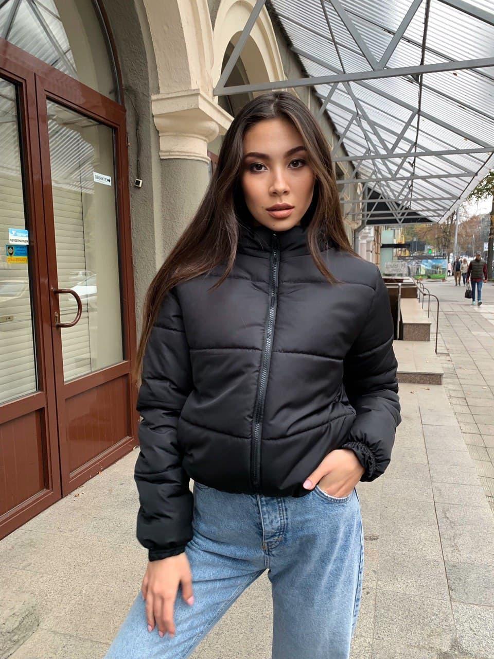 Модна коротка чорна куртка жіноча